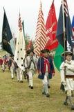 Los soldados del patriota con las banderas marchan para entregar el campo como parte del 225o aniversario de la victoria en Yorkt Imagen de archivo libre de regalías