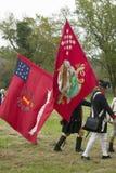 Los soldados del patriota marchan con las banderas para entregar el campo como parte del 225o aniversario de la victoria en Yorkt Imagenes de archivo