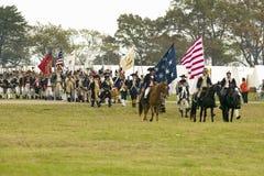 Los soldados del patriota marchan para entregar el campo como parte del 225o aniversario de la victoria en Yorktown, una reconstr Imagen de archivo libre de regalías