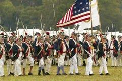 Los soldados del patriota marchan para entregar el campo como parte del 225o aniversario de la victoria en Yorktown, una reconstr Fotografía de archivo