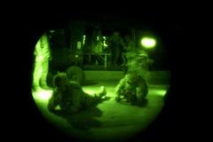 Los soldados desmontan el helicóptero en Iraq Fotografía de archivo libre de regalías