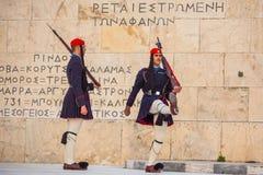 Los soldados griegos Evzones se vistieron en uniforme de vestido lleno Foto de archivo libre de regalías