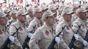 Los soldados marchan en el primer del desfile el 9 de mayo en un tiro de la cámara lenta metrajes
