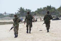 Los soldados patrullan una playa Foto de archivo libre de regalías