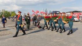 Los soldados ponen las flores en Victory Park en la colina de Poklonnaya Imagenes de archivo