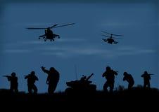 los soldados que van a atacar y helicópteros libre illustration