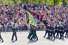 Los soldados rusos marchan en el desfile en Victory Day anual, mayo, Imagenes de archivo