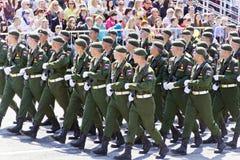 Los soldados rusos marchan en el desfile en Victory Day anual, mayo, Foto de archivo