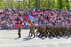 Los soldados rusos marchan en el desfile en Victory Day anual, mayo, Imagen de archivo libre de regalías