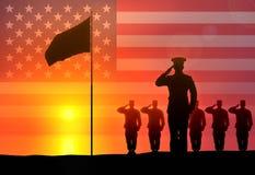 Los soldados saludan el aumento de la bandera fotos de archivo