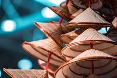 Los sombreros de bambú orientales tradicionales, llenados para arriba y alistan para la venta fotos de archivo libres de regalías