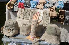 Los sombreros y los mitones de lino femeninos en el mercado negocian Foto de archivo