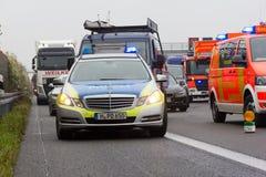 Los soportes alemanes del coche policía en la autopista sin peaje a2 por un camión se estrellan cerca de Hannover Foto de archivo