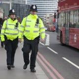 Los soportes armados de un oficial de policía guardan cerca del puente de Westminster Foto de archivo