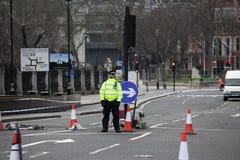 Los soportes armados de un oficial de policía guardan cerca del puente de Westminster y Imagen de archivo