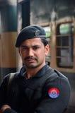 Los soportes ferroviarios del oficial de policía de Pathan guardan en la estación de tren de Peshawar Paquistán Foto de archivo libre de regalías