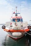 Los soportes rojos y blancos del barco del fuego amarraron en Esmirna Fotografía de archivo