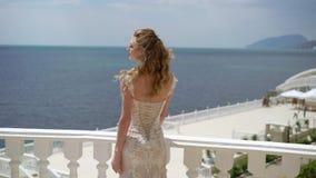 Los soportes y las actitudes jovenes de la novia en el balcón El casarse por el mar metrajes