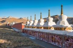 Los stupas budistas tibetanos son brillo bajo luz de la puesta del sol Fotografía de archivo libre de regalías