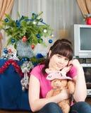 Los sueños de la muchacha de un regalo de la Navidad Fotografía de archivo libre de regalías