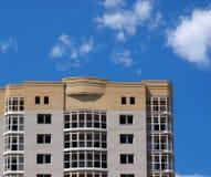 Los suelos superiores del edificio de varios pisos Foto de archivo