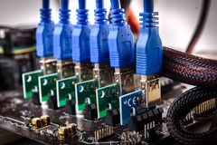 Los suplementos de la canalización vertical de PCIe del aparejo de la explotación minera de Cryptocurrency taparon para mimar imagen de archivo