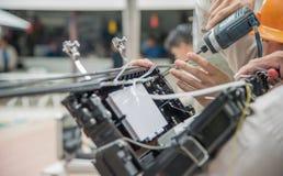 Los técnicos están instalando los gabinetes de la fibra óptica Foto de archivo libre de regalías