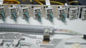 Los técnicos están instalando la fibra óptica con las bridas de plástico almacen de metraje de vídeo