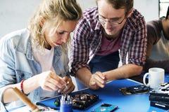 Los técnicos están trabajando en disco duro del ordenador Foto de archivo