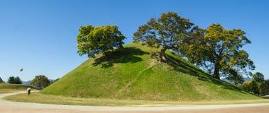 Los túmulos parquean en la ciudad de Gyeongju, Corea del Sur Fotografía de archivo