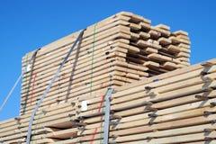 Los tablones de madera de la construcción de la pila explotan los árboles el material Foto de archivo libre de regalías