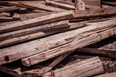 Los tablones de madera lanzaron en compartimiento de basura fotos de archivo libres de regalías