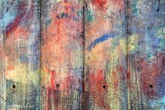 Los tablones de madera pintados con la pintura se agrietaron por un fondo rústico Imagenes de archivo
