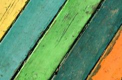 Los tablones de madera pintados con la pintura se agrietaron por un fondo rústico Imagen de archivo