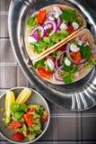 Los tacos de pollo con las verduras sirvieron en la tabla Imagenes de archivo