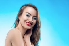 Los tactos sonrientes de la muchacha de los labios rojos rubios hermosos por los fingeres fa Imagen de archivo libre de regalías