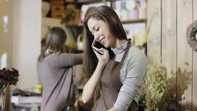Los talkes de Flowergirl una orden por el teléfono y lo registran, cámara van de parte inferior al top metrajes