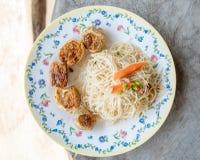 Los tallarines blancos sofritos Hong-Kong y el jo de Hoi frieron el pollo Fotos de archivo libres de regalías