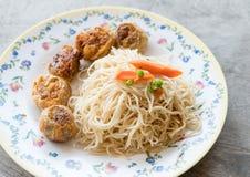 Los tallarines blancos sofritos Hong-Kong y el jo de Hoi frieron el pollo Imagenes de archivo