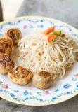 Los tallarines blancos sofritos Hong-Kong y el jo de Hoi frieron el pollo Imagen de archivo libre de regalías