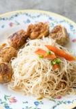 Los tallarines blancos sofritos Hong-Kong y el jo de Hoi frieron el pollo Imagen de archivo