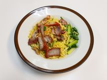 Los tallarines chinos, una cocina china del Cantonese sirvieron seco con cerdo asado Foto de archivo