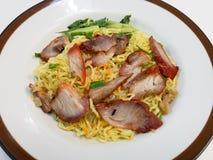 Los tallarines chinos, una cocina china del Cantonese sirvieron seco con cerdo asado Imagen de archivo libre de regalías
