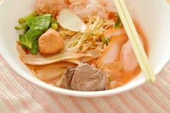 Los tallarines de huevo con la bola del camarón y de pescados en Chino-lengua roja de la sopa llamaron a Yong Tau Fu Fotos de archivo libres de regalías
