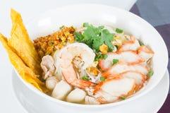 Los tallarines de la combinación contienen mucho la comida tailandesa Foto de archivo