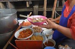 Los tallarines del barco son un plato tailandés de los tallarines del estilo servido originalmente de los barcos los canales de e Fotos de archivo