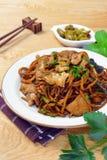Los tallarines del mein de Yi sofrieron con la salsa oscura del caramelo Foto de archivo