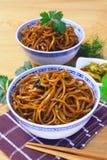 Los tallarines del mein de Yi sofrieron con la salsa oscura del caramelo Foto de archivo libre de regalías
