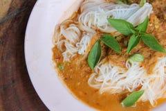 Los tallarines frescos con curry tailandés picante son una comida local en meridional de Tailandia foto de archivo