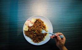 Los tallarines fritos Javanese picantes son típicos de Indonesia con las galletas foto de archivo libre de regalías